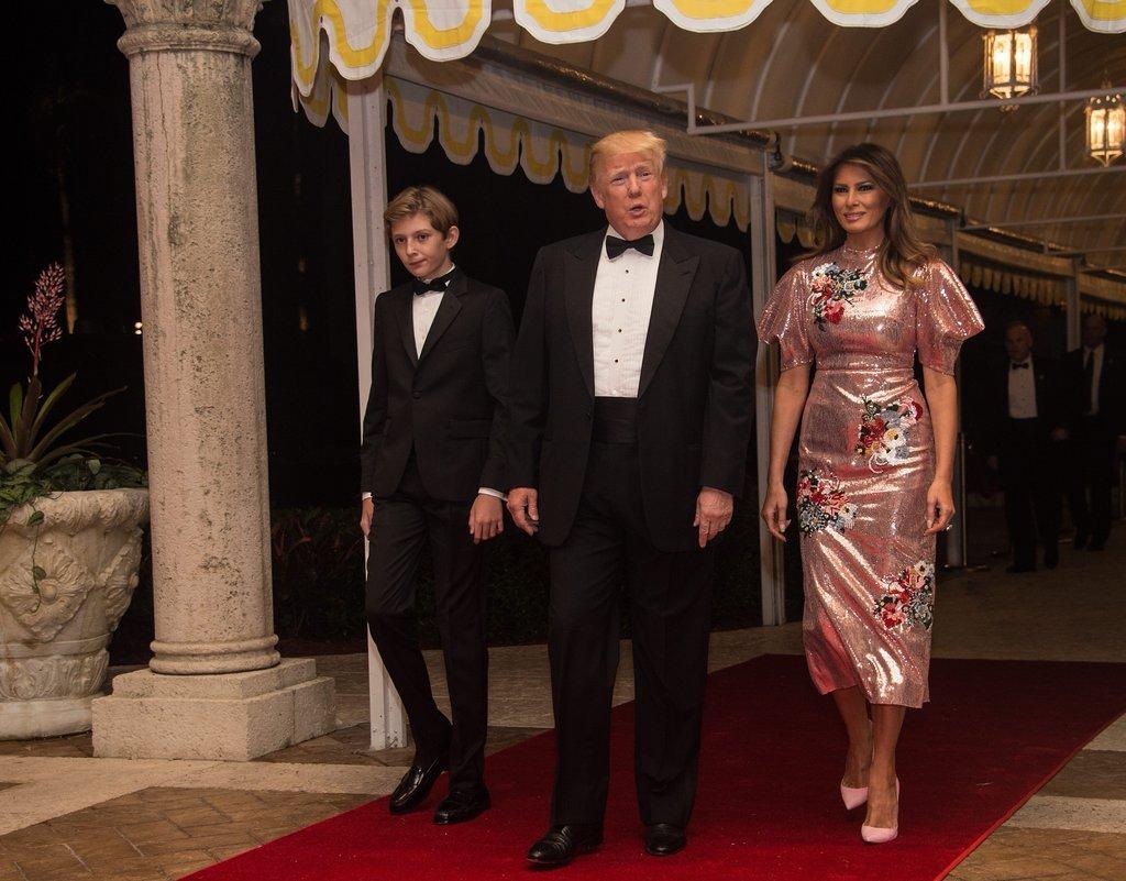 В праздничную ночь Меланья Трамп одела гламурное платье в розовом цвете