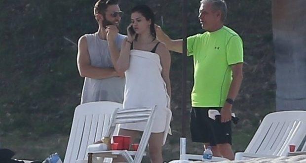 Селена Гомес отдыхает на пляже в компании друзей