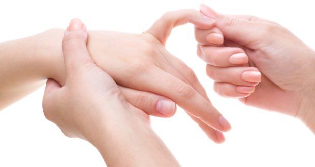 Почему хрустят суставы пальцев на руках