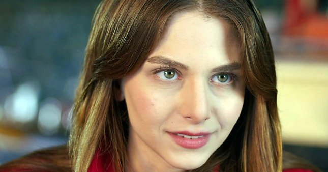 популярна в Туреччині актриса Езгі Асароглу