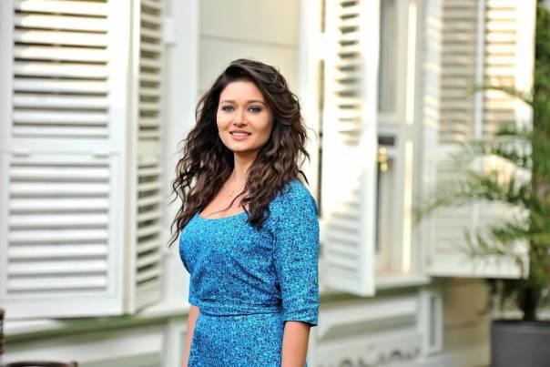 Турецька акторка Нургюль Ешилчай в популярному серіалі Уламки щастя